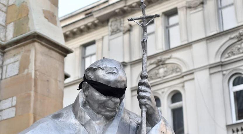 Skinut crni povez sa spomenika papi Ivanu Pavlu II. u Sarajevu