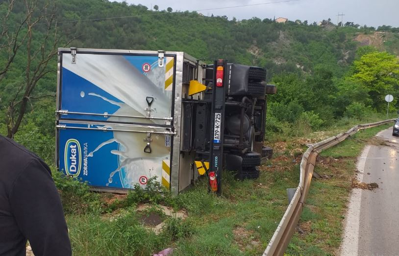 Kamion sletio s ceste u Širokom Brijegu i ostao na rubu provalije