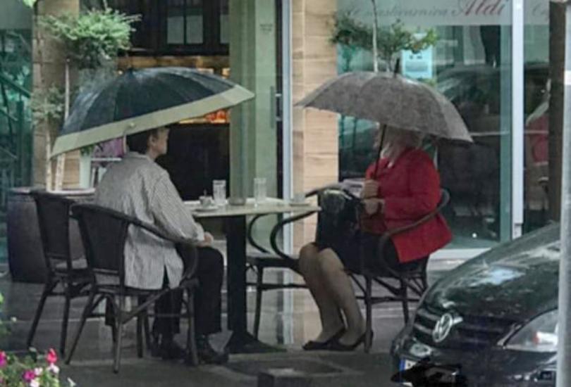 Mostarke ni kiša ne može spriječiti da popiju kavu