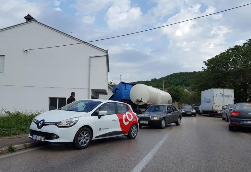 U Ljubuškom se cisterna zabila u kuću,  u Širokom automobil u zid