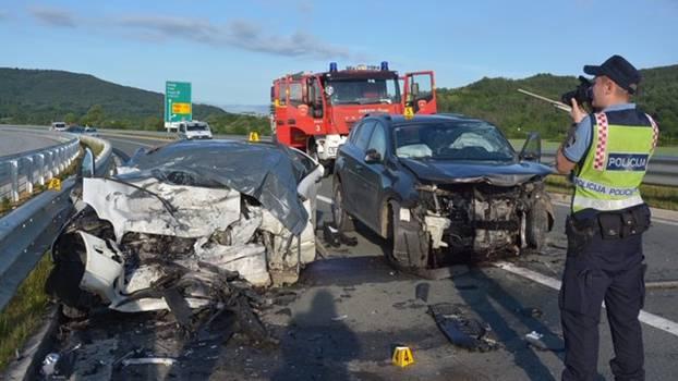 U stravičnoj prometnoj nesreći poginuo vozač, dvoje ih teško ozlijeđeno