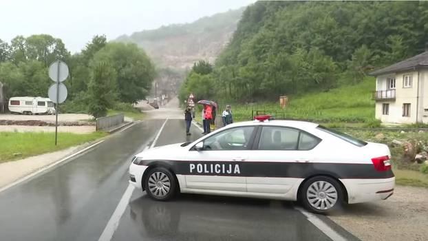 Veliko klizište prekinulo je put prema Tuzli, brojne kuće su potopljene