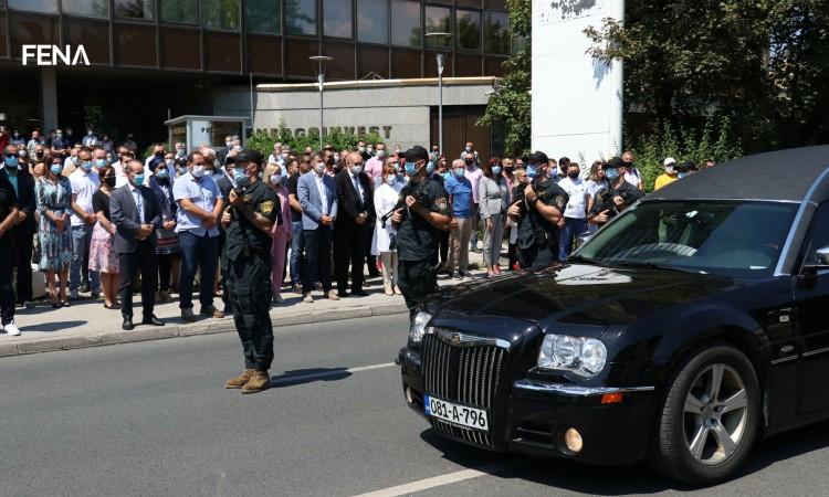 Video: Ispred zgrade Vlade FBiH upriličen ispraćaj ministra Bukvarevića