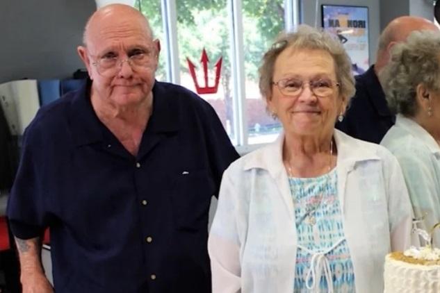 Nakon 53 godine braka preminuli od posljedica korone držeći se za ruke