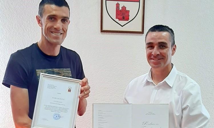Nogometašu Ivanu Krstanoviću uručena prigodna zahvalnica za 100. pogodak u HNL-u
