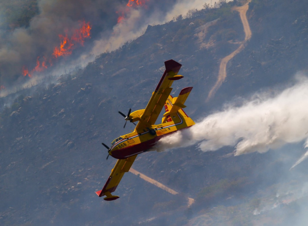 Požar se nevjerojatno širi, stotinu vatrogasaca pokušava zaštititi kuće
