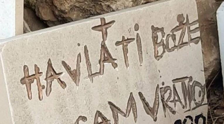 Natpis na spomeniku u dalmatinskom svetištu postao hit: Hvala ti bože što sam…