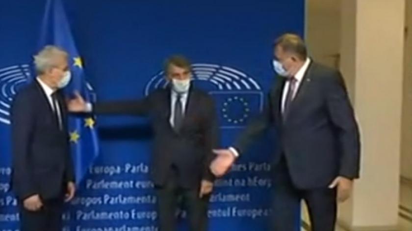 Prilikom fotografiranja Dodik nije htio stati uz Džaferovića