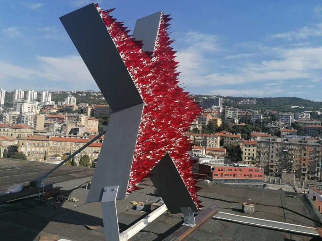 Je li petokraka na vrhu zgrade u Rijeci važnija od hrvatske ekonomije?