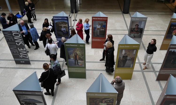 U Mostaru izložba 'Žive smo' – fotografije žena koje su preživjele rat