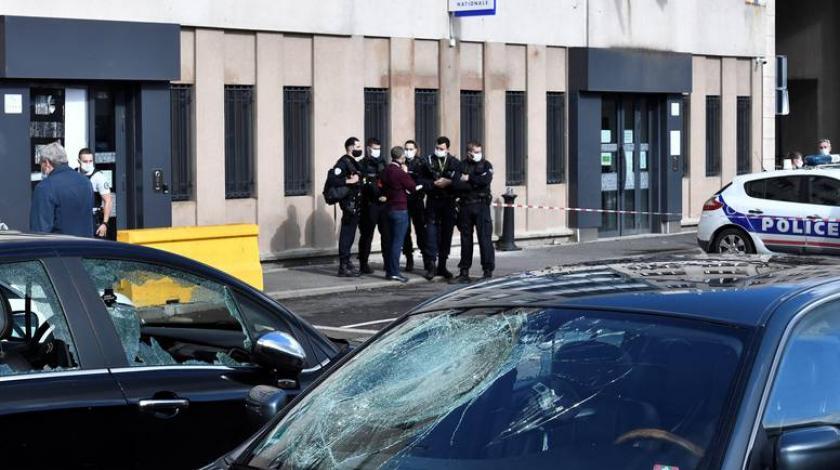 Naoružani željeznim šipkama napali su policijsku postaju
