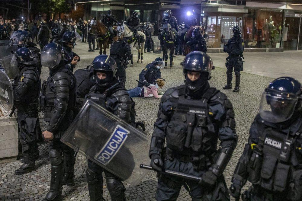 Policija vodenim topom otjerala prosvjednike koji ne vjeruju u koronu