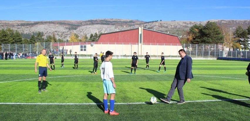 Otvoren nogometni stadion s umjetnom travom u Livnu
