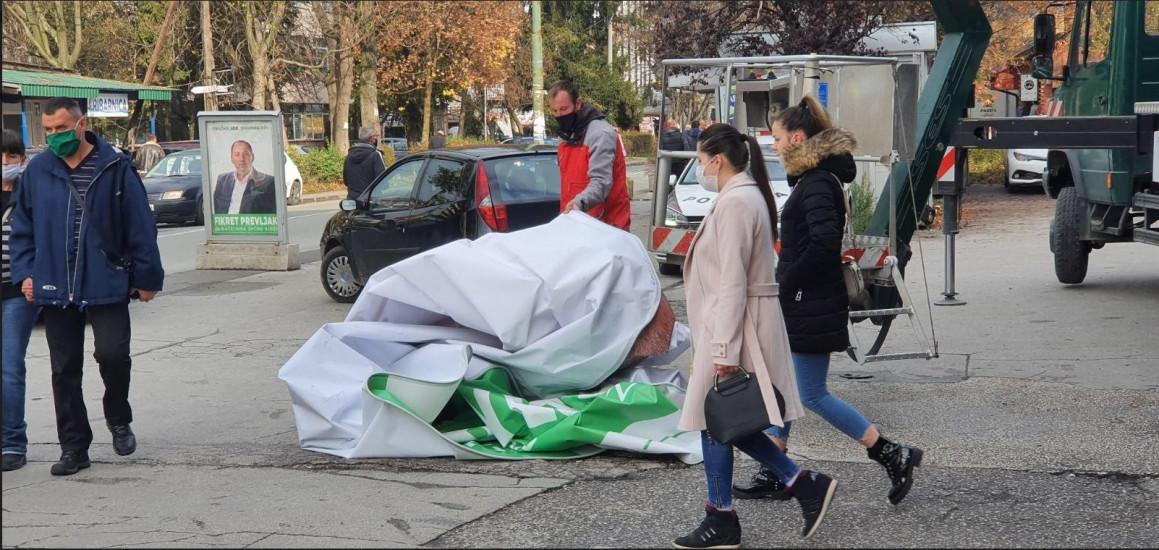 Nakon što su ih građani skinuli s vlasti: Radnici skidaju bilborde SDA u Sarajevu