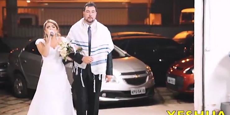 VIDEO Prekrasni prizori: Mladenka na svom vjenčanju do oltara išla pjevajući Isusu