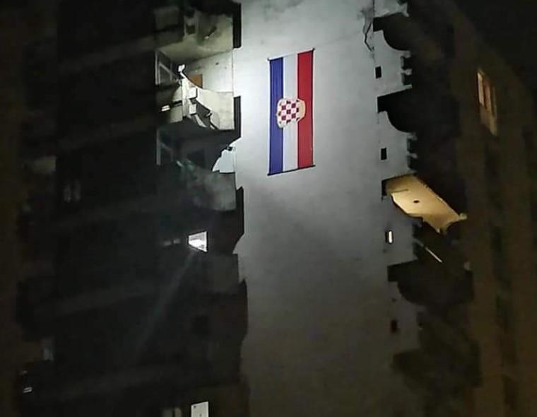 Prekrasni prizori iz Novog Travnika: Na zgradi se vijori ogromna zastava Herceg Bosne