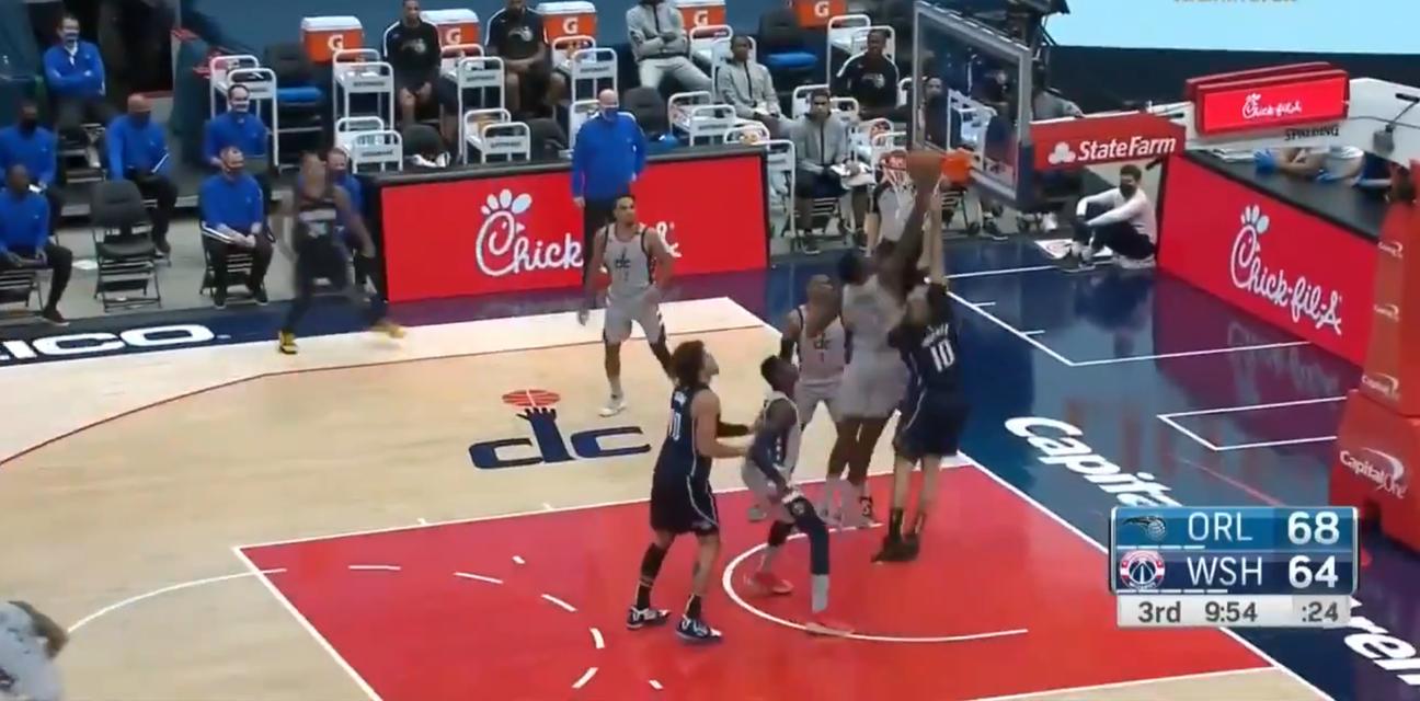 Nevjerojatna scena iz NBA lige: Košarkaš zakucao u vlastiti koš
