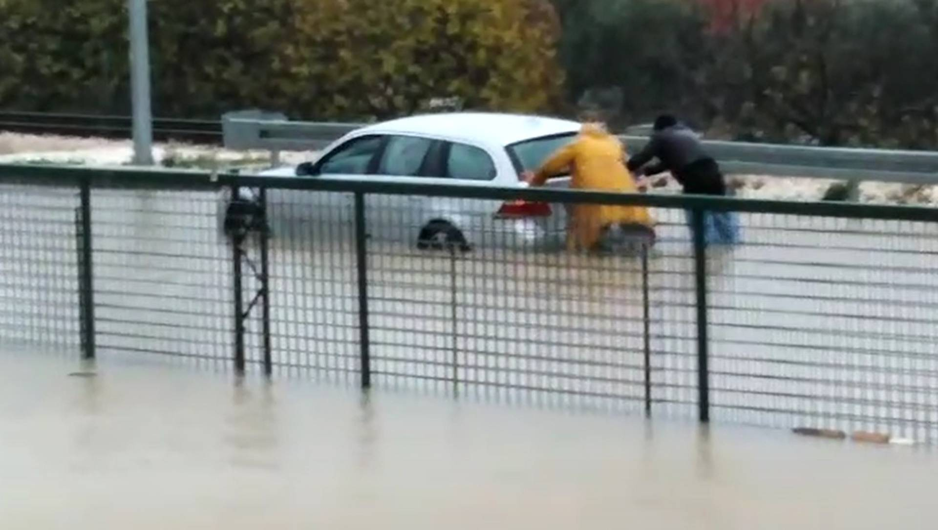 Hrvatska: Radnici spasili trudnicu koju je voda zatočila u autu