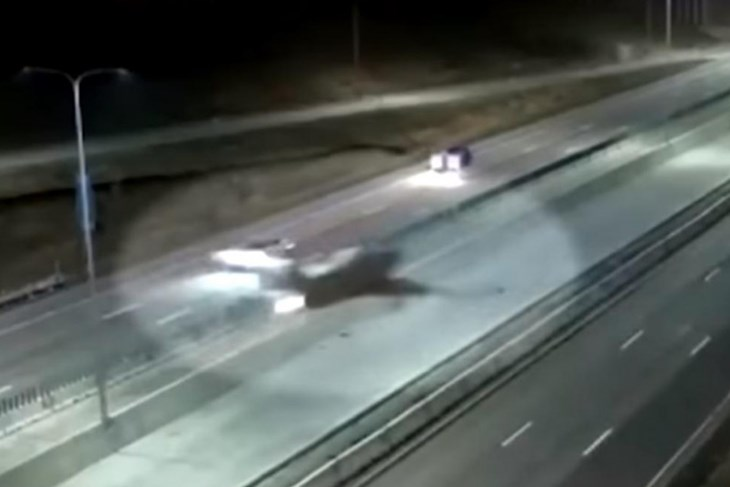Pilot sletio zrakoplovom na cestu između jurećih automobila