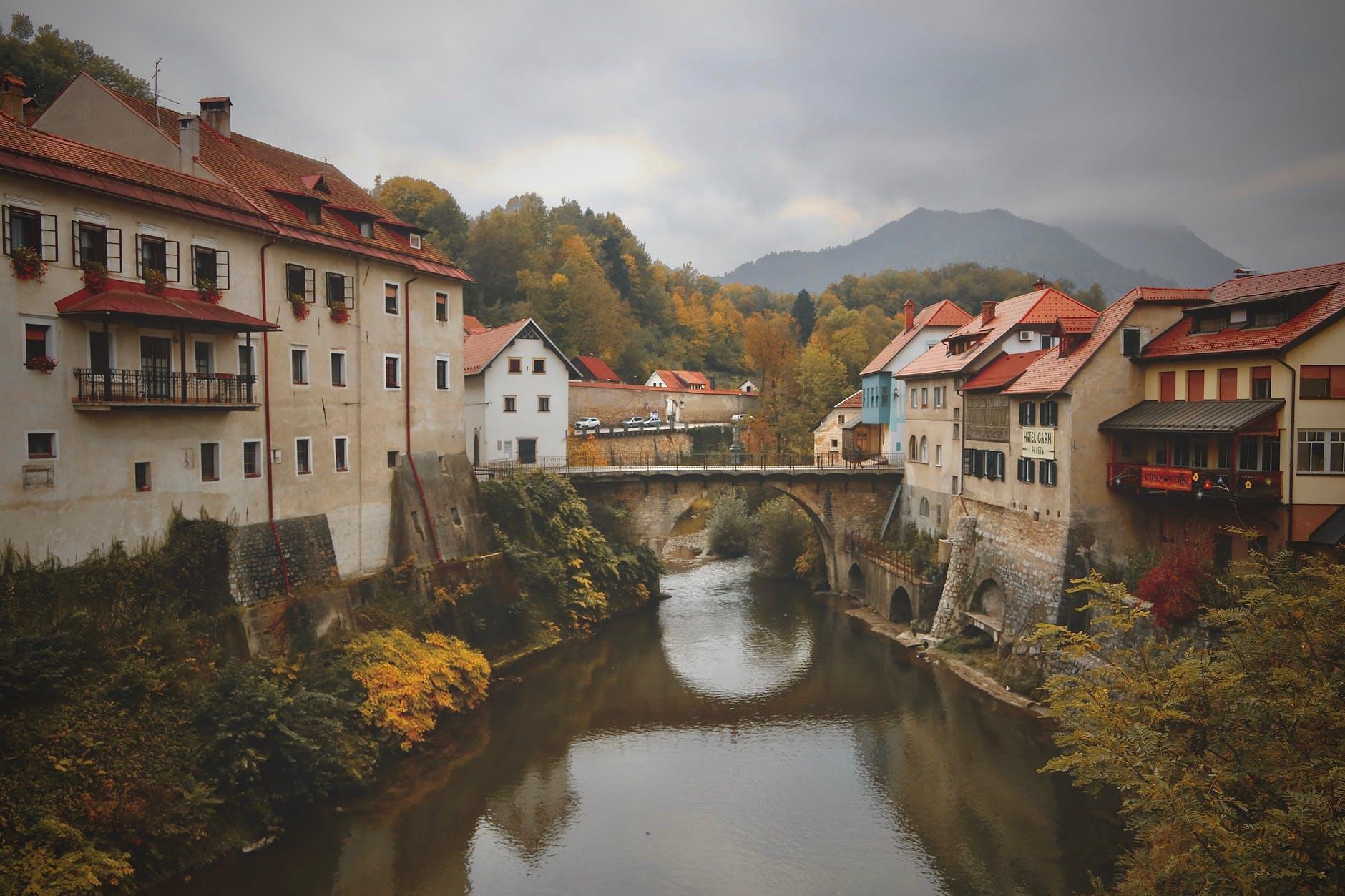 Zarazio se prvi špijun Slovenije, upitno glasanje o povjerenju Janši