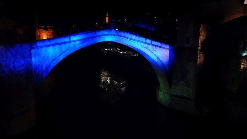 Stari most svijetlio u plavoj boji u čast stradalih mladih iz Posušja