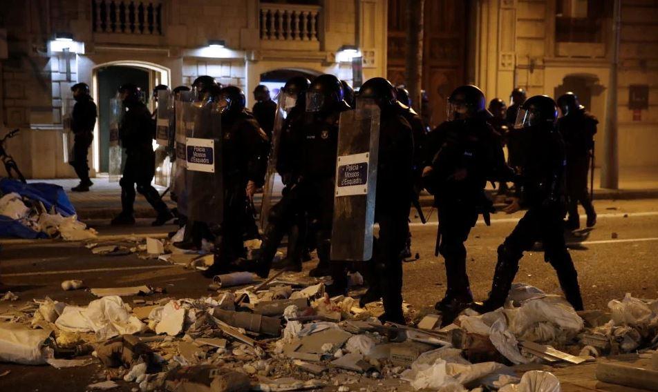 Nastavljeni nasilni prosvjedi u Kataloniji nakon osude repera