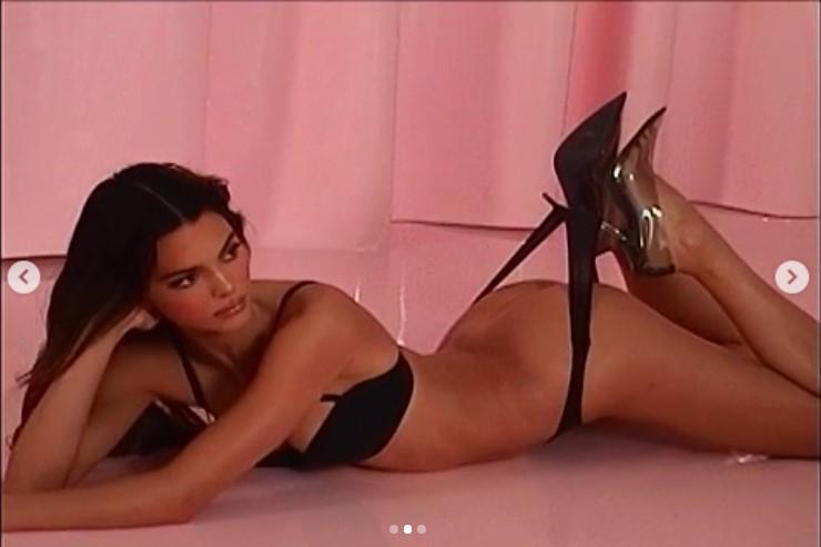 FOTO Manekenka pozirala u seksi tangicama i izazvala lavinu na Instagramu