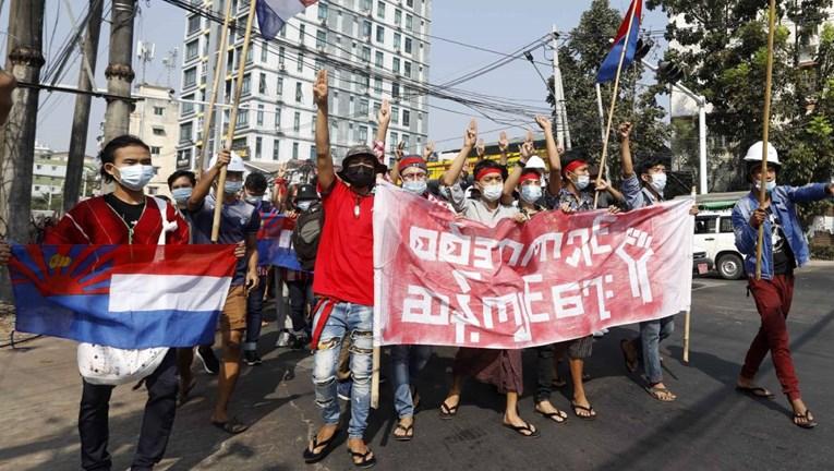 U Mjanmaru tisuće prosvjednika na ulicama, vojska blokirala internet