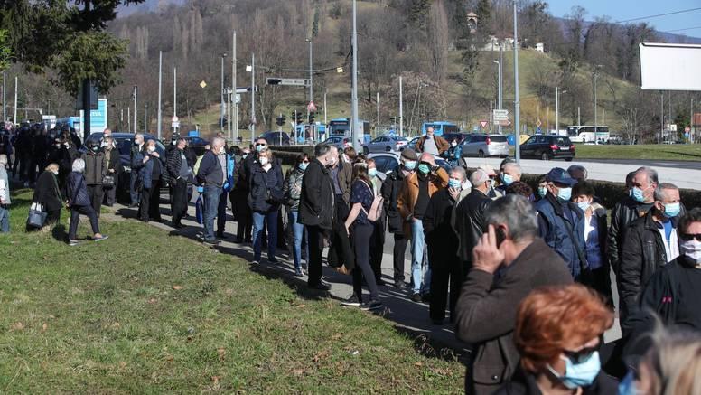 Kaos u Zagrebu, svi žele cjepivo: Red je ogroman, a ljudi ogorčeni