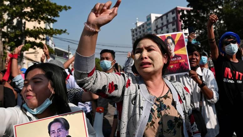 Vojska u Mjanmaru zapucala na mirne prosvjednike