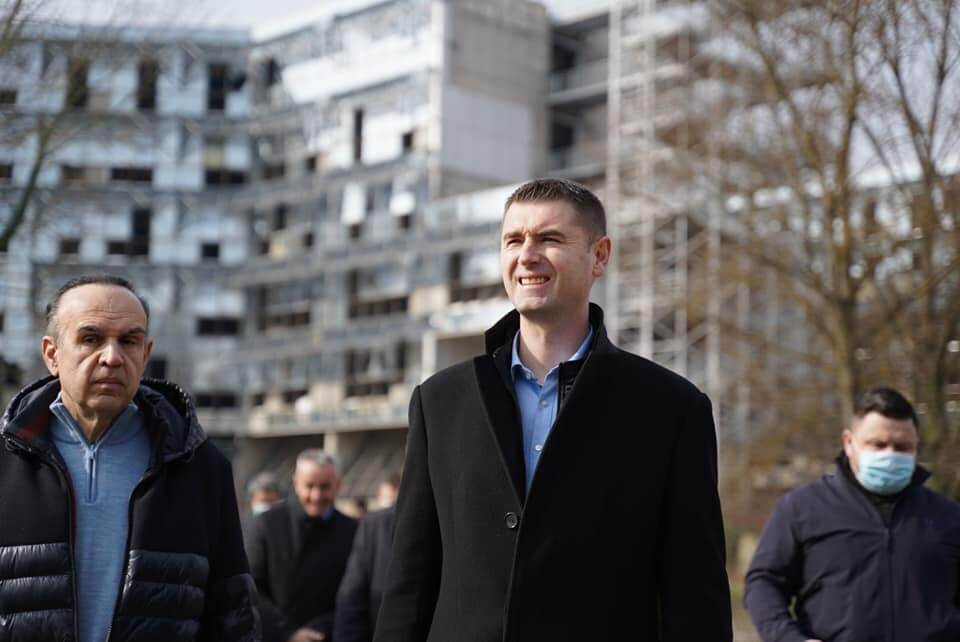 Kakva sramota! HDZ-ov kandidat za gradonačelnika došao u školu, ravnateljica pozvala policiju