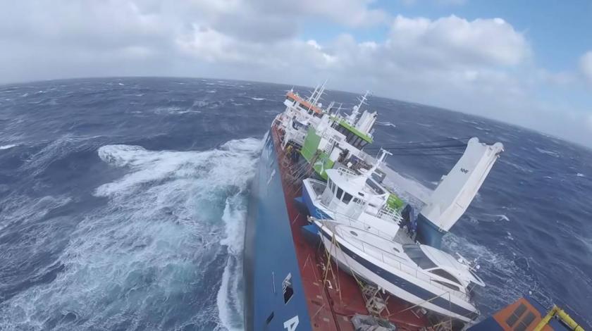 Teretni brod u opasnosti od potonuća, tegljačem ga žele odvući do obale
