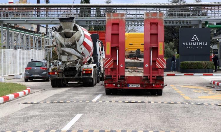 Zbog milijunskog duga kamionima blokirali ulaz u Aluminij