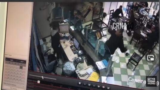 VIDEO | Kladioničar u Mostaru bacao stolice i razbijao televizore