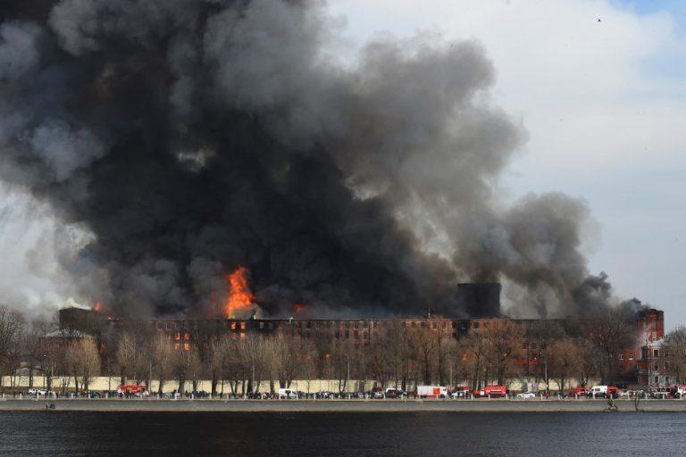 U Sankt Peterburgu gori povijesna tvornica, u velikom požaru poginuo je vatrogasac