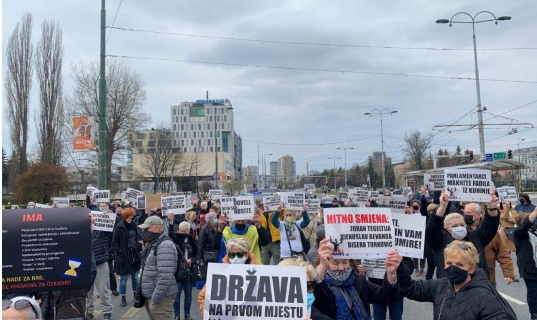 """Prosvjed u Sarajevu: """"Paraziti, domaćin vam umire"""""""