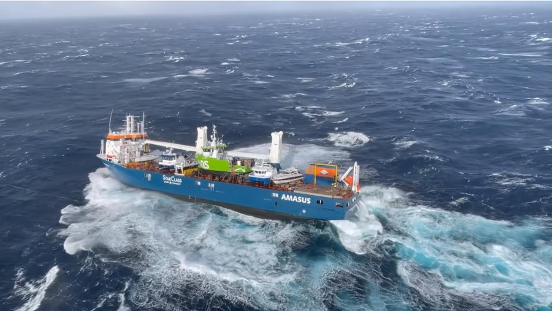 Teretnom brodu prijeti potonuće, dio posade skočio u ocean
