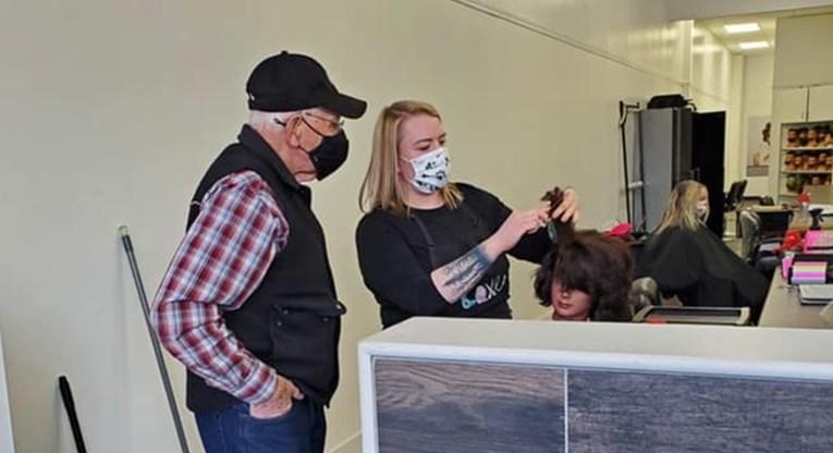 Došao kod frizera da nauči kovrčati kosu, razlog će vas oduševiti