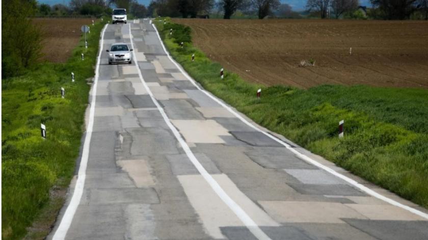 Slika ceste iz Slavonije zaista djeluje tužno, prepuna je zakrpa
