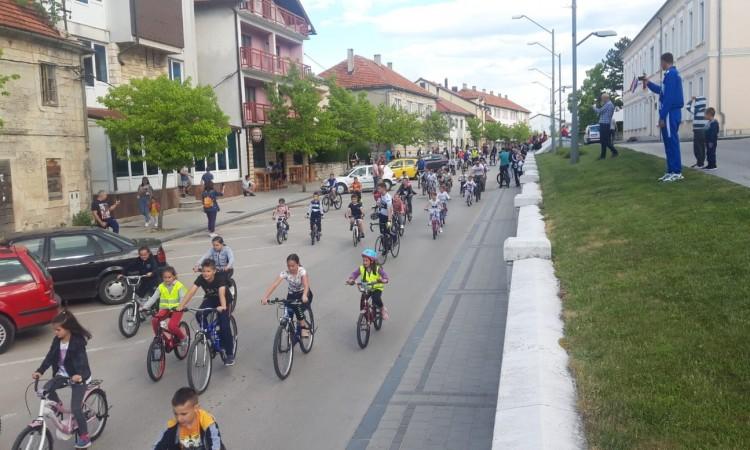 Više od stotinu mališana sudjelovalo u biciklijadi ulicama Tomislavgrada
