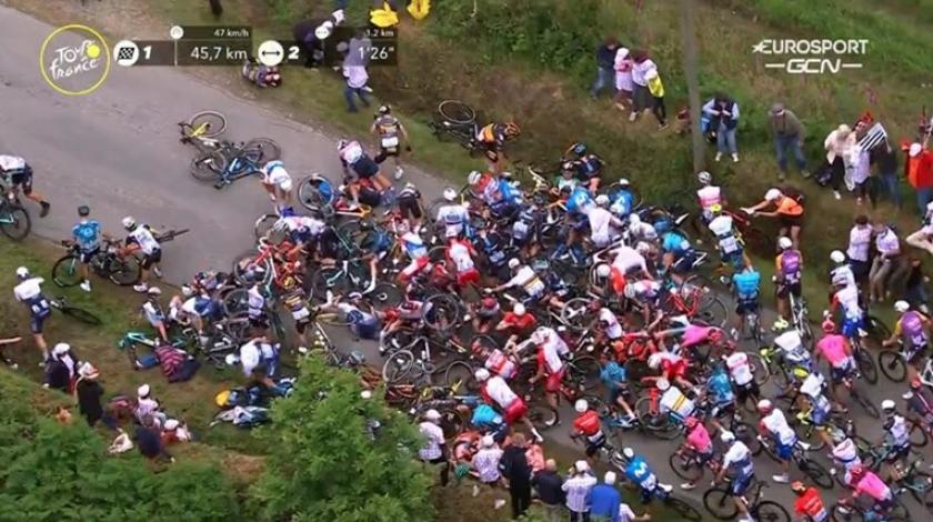 Nespretna gledateljica prouzrokovala jedan od najvećih padova u povijesti Tour de Francea