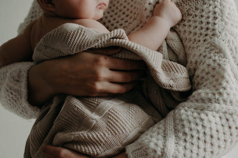 Bebi im pozlilo pa je hitno vozili u bolnicu, dvojac im pomogao da se probiju kroz gužvu