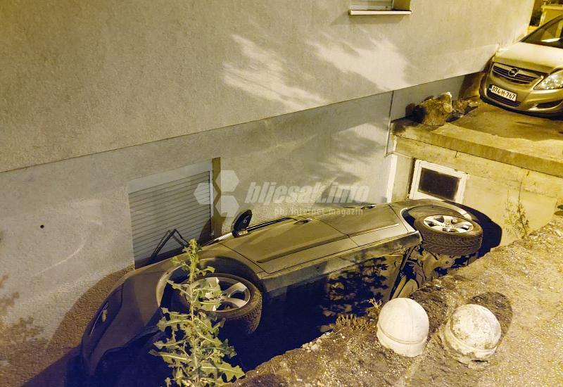 Mostar: Automobilom završio u rupi između kuće i ceste