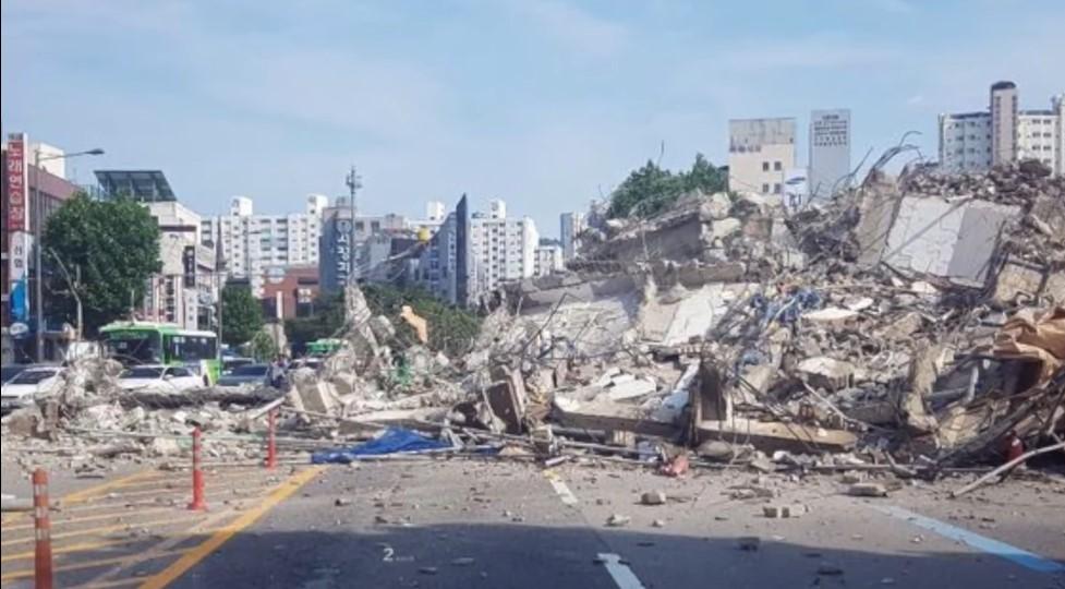 UZNEMIRAVAJUĆI VIDEO Zgrada pala na autobus