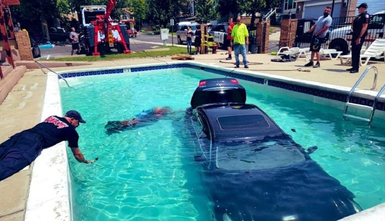 Tinejdžerica umjesto kočnice stisnula gas pa upala u bazen