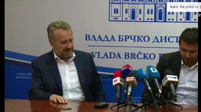 VIDEO Bakir ne može sjediti sa strane, naredio da sjedne kod mikrofona