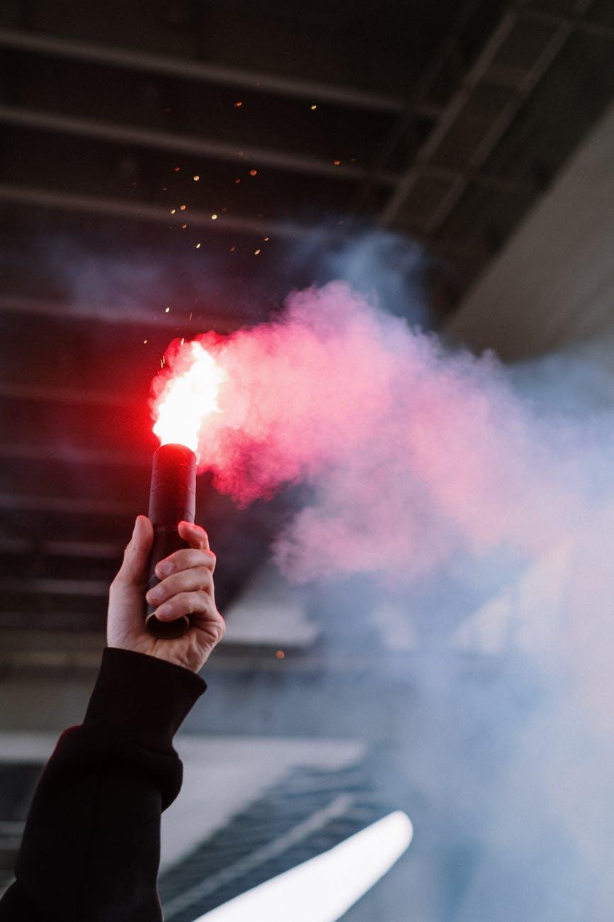 Slavlje navijača Veleža preraslo u huliganizam. Napadali su vozače, uništavali automobile…
